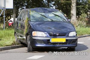 Foto Auto op de kop op Schipholweg door onenigheid van twee andere bestuurders