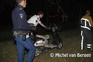 Foto Scooter zonder bestuurder naast sloot Dakslootweg in Haarlem aangetroffen