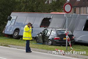 Foto Zuidtangent bus komt deels in sloot na aanrijding in Hoofddorp