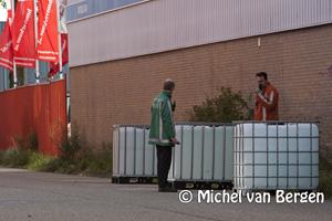 Foto Vaten met onbekende inhoud aangetroffen op de Pieter Goedkoopweg in Haarlem