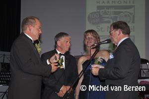Foto Koninklijke erepenning voor Harmonie Sint Michaël, uitgereikt door Harry Borghouts