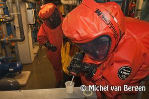 Foto: Grote brandweer oefening met gaspakken bij zwembad de Heerenduin