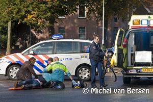 Foto Vrouw gewond na aanrijding Santpoorterstraat in Haarlem noord
