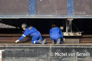Foto Melkbrug uit het Spaarne in Haarlem gehesen en op weg naar Sliedrecht