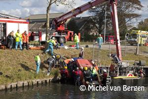 Foto Auto's te water aan de Bennebroekerweg, meerdere slachtoffers bekneld