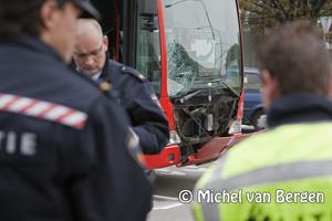 Foto Vrouw zwaargewond na aanrijding met Zuidtangent bus Amerikaweg Haarlem