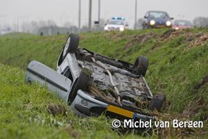 Foto Auto's te water (met baby aan boord) bij Schipholweg, afrit A9