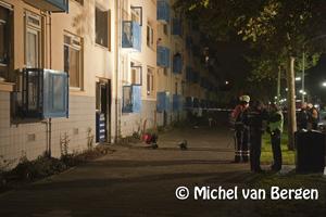 Foto Bewoners uit flat Engelandlaan Haarlem geëvacueerd na brand in garagebox
