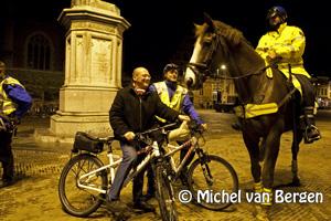 Foto Wethouder Maarten Divendal opstap op de politiebike met agenten