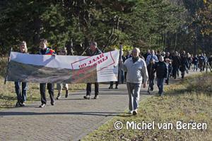 Foto Protestactie door de Waterleidingduinen tegen aan te leggen fietspad