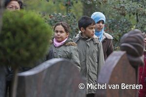 Foto Islamitische kinderen krijgen rondleiding op begraafplaats in het kader van Marokkoweek