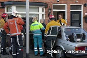 Foto Vrouw rijdt woning Gladiolenstraat Santpoort Noord binnen
