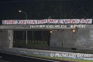Foto HFC Haarlem supporters hangen spandoeken op om hun team te supporten