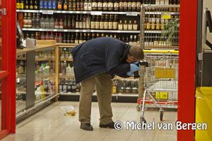 Foto Agent in been gestoken bij Vomar Leonardo Da Vinceplein in Haarlem