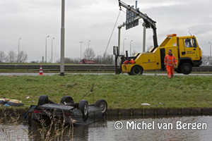 Foto Wederom auto te water op Schipholweg bij Vijfhuizen