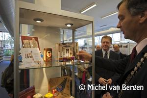Foto Burgemeester Schneiders opent tentoonstelling Bedrijvigheid in Schoten