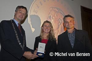 Foto Burgemeester Schneiders reikt Edgar Doncker Prijs uit