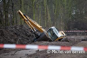 Foto Treinverkeer tussen Haarlem en Beverwijk stil door gekantelde graafmachine