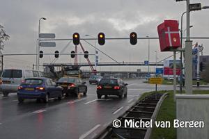Foto Flitspaal ingepakt als Sinterklaas cadeau op Amsterdamsevaart in Haarlem