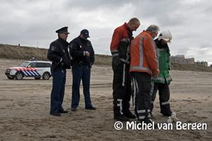 Foto Flesjes met bijtende stof op het strand aangetroffen