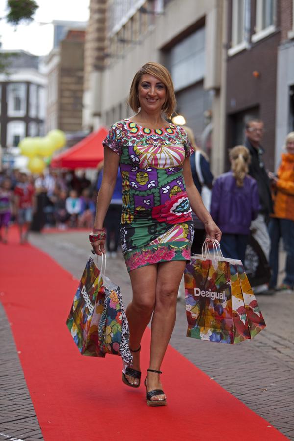 Vijf kilometer lange rode loper door de haarlemse binnenstad voor shoppingnight 2011 - Foto rode loper ...