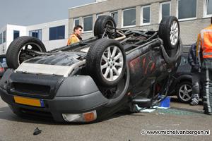 Foto's Landrover komt bij ongeval op zijn dak