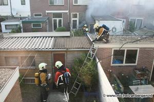 Foto's Felle uitslaande brand in Borneostraat Haarlem
