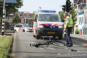 Foto's Politiewagen schept meisje op Schouwbroekerweg
