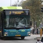 Fietser knalt op Connexxion bus voor station Haarlem