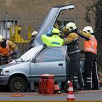 Bestuurster uit auto geknipt na ongeval Amsterdamsevaart