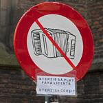 Verkeersbord tegen 'straatmuzikanten' in Haarlemse binnenstad