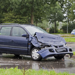 Bestuurder personenauto raakt gewond bij botsing tegen vrachtwag