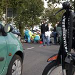 Brommer knalt tegen achterkant auto Vondelweg Haarlem