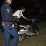Scooter zonder bestuurder naast sloot Daslookweg in Haarlem aan