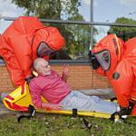 Grote oefening met beschermende pakken bij zwembad in IJmuiden