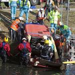 Auto's te water aan de Bennebroekerweg