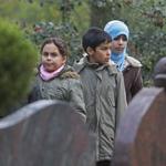 Islamitische kinderen krijgen rondleiding op begraafplaats