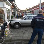 Vrouw rijdt woning Gladiolenstraat Santpoort Noord binnen