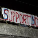 HFC Haarlem supporters hangen spandoeken op om hun team te suppo