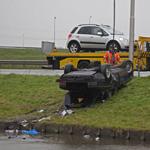 Auto te water op de Schipholweg bij Vijfhuizen