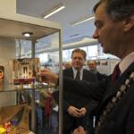 Burgemeester Schneiders opent tentoonstelling Bedrijvigheid in S