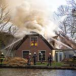 Grote brand in woning met rieten kap in Leimuiden