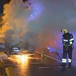 Auto vliegt in de brand voor de verkeerslichten op de Schoterweg