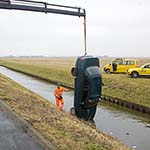 Auto te water langs de Schipholweg bij Vijfhuizen