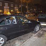 Taxichauffeur wordt onwel en raakt geparkeerde auto's