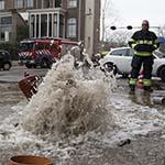 Brandkraan lekgeslagen bij werkzaamheden aan trottoir