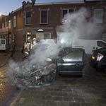 Geparkeerde auto in vlammen op in IJmuiden