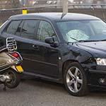 Man gewond na aanrijding met scooter tegen auto in Lijnden