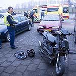 Scooterrijder gewond na aanrijding met auto op de Zwanenburgerdijk