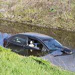 Auto te water langs de N205 in Haarlem
